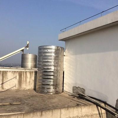 楼顶水箱吊装进场,安全第一